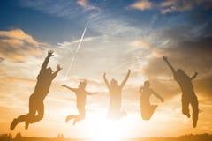 Springende Leute für genießen mit ihrer Reise Stockfotografie