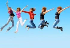 Springende Leute sind glückliche Leute Stockfotografie