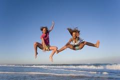 Springende meisjes Royalty-vrije Stock Afbeeldingen