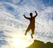 Springende mens op zonsopgang royalty-vrije stock fotografie