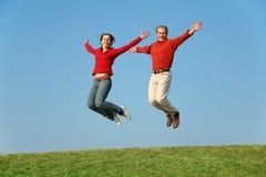 Springende Paare Stockbilder