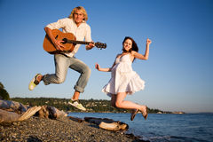 Springende Paare im Glück Stockbilder