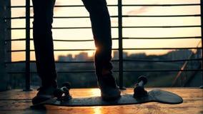 Springende persoon op een zonsondergangachtergrond, langzame motie stock video