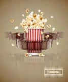 Springende popcorn en filmfilmband Stock Afbeelding