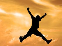 Springende silhouetzonsondergang hemel-knippende weg Stock Foto's
