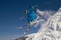 Springende skiër Royalty-vrije Stock Foto's