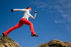 Springende sportieve vrouw Royalty-vrije Stock Fotografie