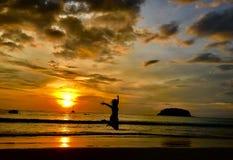 Springende voorzijde de zonsondergang stock afbeelding