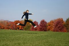 Springende vrouw Stock Foto's
