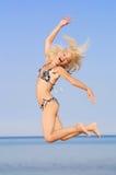 Springende vrouw stock afbeeldingen