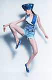 Springende vrouw in denimhoed en vest stock fotografie