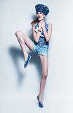 Springende vrouw in jeanshoed en vest stock fotografie