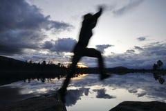 Springende Wandelaar in het Blauwe Uur Royalty-vrije Stock Afbeeldingen