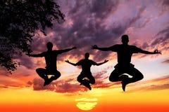 Springende Yogaschattenbilder im Lotos Lizenzfreies Stockfoto