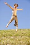 Springender glücklicher Junge Stockfotos