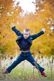 Springender Junge Stockfoto