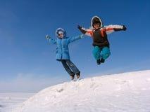 Springender Junge und Mädchen Stockbilder