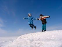 Springender Junge und Mädchen stockfotos