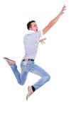 Springender junger beiläufiger Mann Stockfotos