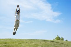 Springender junger Mann Stockfoto