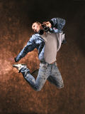 Springender junger Mann Stockbilder