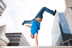 Springender junger Mann Stockbild