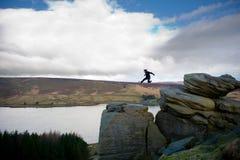 Springender Mann in den Bergen Lizenzfreies Stockfoto