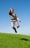 Springender Mann mit seinem Daumen oben stockfoto