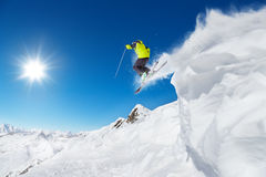 Springender Skifahrer am Sprung stockfoto