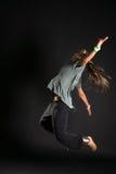 Springender Tänzer auf schwarzem bacground Stockbilder