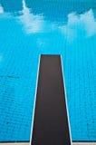 Springender Vorstand in einem Swimmingpool Stockbild