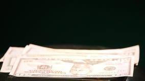Springendes Geld auf beweglichem Subwoofer auf schwarzem Hintergrund stock video footage