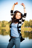 Springendes glückliches junges Mädchen Stockfotos