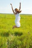 Springendes hübsches Brunettemädchen Lizenzfreies Stockbild