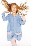 Springendes kleines Mädchen lizenzfreies stockbild