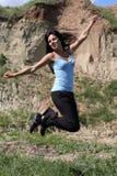 Springendes lächelndes Mädchen Lizenzfreies Stockbild