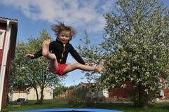 Springendes Mädchen lizenzfreie abbildung