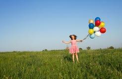 Springendes Mädchen lizenzfreie stockfotos