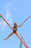 Springendes Mädchen auf der Trampoline stockfotos