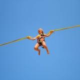Springendes Mädchen auf der Trampoline am Funfair Stockbilder