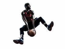Springendes Schattenbild des afrikanischen Mannbasketball-spielers Lizenzfreie Stockfotografie