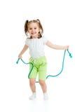 Springendes Seil des Kindermädchens lokalisiert stockfotografie