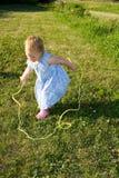 Springendes Seil des Kleinkindmädchens. Stockfotos