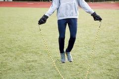 Springendes Seil draußen im Winter lizenzfreie stockfotos