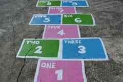 Springendes Spiel von kleinen Kindern auf dem Spielplatz stockbilder