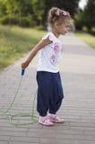 Springendes Springseil des kleinen Mädchens Lizenzfreie Stockbilder
