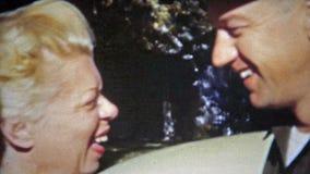 SPRINGFIELD, MISSOURI 1953 : Culot blond des années 1950 d'agent de blanchiment embrassant son homme banque de vidéos