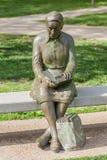 Springfield Missouri, de V.S. 18 Mei, 2014 Het standbeeld van de lezingsvrouw binnen stock foto's