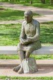 Springfield Missouri, de V.S. 18 Mei, 2014 Het standbeeld van de lezingsvrouw binnen stock fotografie