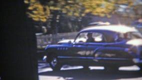 SPRINGFIELD, MISSOURI 1953 : Famille éliminant dans la nouvelle voiture dans le suburbain-scape banque de vidéos